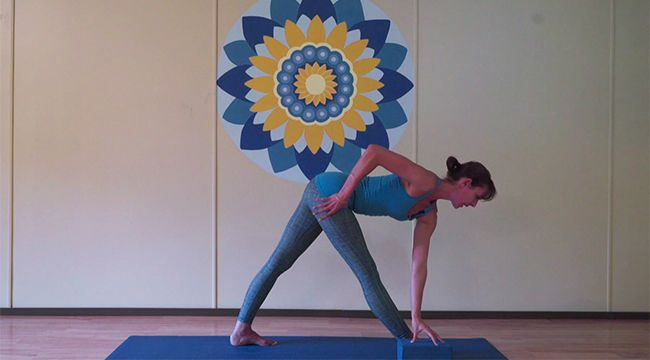 Parivrtta Trikonasana: le triangle en torsion pas à pas